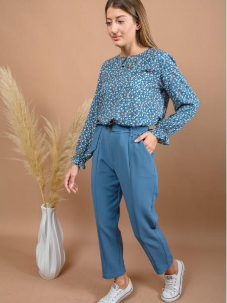 Ίντιγκο ψηλόμεσο κρεπ παντελόνι αστραγάλου σε ίσια γραμμή, με πλαϊνές τσέπες, διακοσμητική ραφή μπροστά, κλείσιμο με κουμπί και αποσπώμενη ΄ζώνη Enzzo