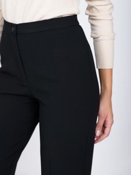 Μαύρο ψηλόμεσο κρεπ παντελόνι σε ίσια γραμμή, κλείσιμο με κουμπί και φερμουάρ και μικρή μπασκούλα στο τελείωμα Forel