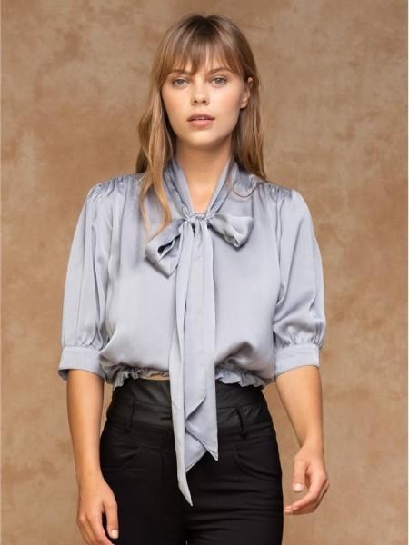 Γκρι-σιέλ ματ σατέν κοντομάνικη μπλούζα με λάστιχο στο τελείωμα και τονισμένους ώμους Hype