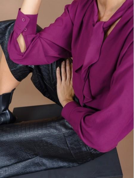 Δαμασκηνί μακρυμάνικη μπλούζα με βάτες και σούρες στους ώμους, φαρδιά μανίκια και ιδιαίτερο δέσιμο στο λαιμό με βολάν μπροστά Innocent