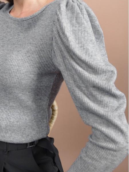 Γκρι μελανζέ μακρυμάνικη πλεκτή μπλούζα σε εφαρμοστή γραμμή, rib ύφανση με τονισμένους ώμους και στρογγυλή λαιμόκοψη Innocent