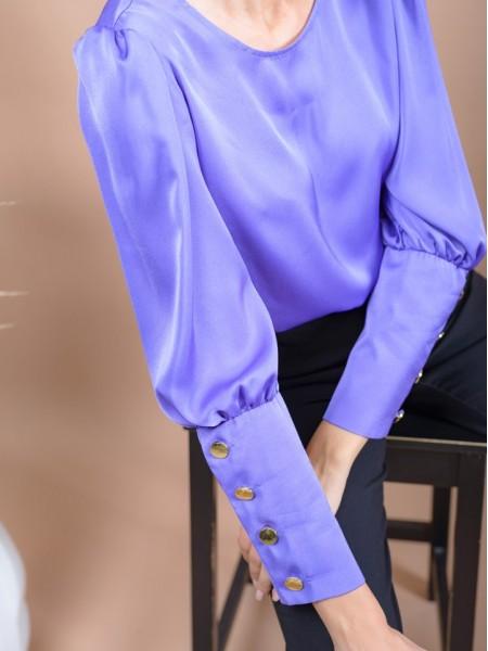Μωβ μακρυμάνικη σατέν μπλούζα με χαμόγελο λαιμόκοψη, σούρες στους ώμους, μεγάλες μανσέτες με χρυσά κουμπιά και κούμπωμα στην πλάτη Innocent