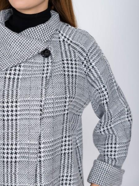 Καρώ ασπρόμαυρη πλεκτή ζακέτα με όρθιο γυριστό γιακά, κούμπωμα με εξωτερικό κουμπί, ρεβέρ τελείωμα στα μανίκια και ελαφριά ασσυμετρία Lucifair