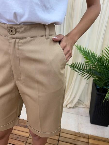 Μπεζ ψηλόμεση βερμούδα σε ίσια γραμμή, πλαϊνές τσέπες, τσέπες φιλέτο πίσω, μικρό λάστιχο στο πλάι στη μέση και ρεβέρ στο τελείωμα Lui e Lei
