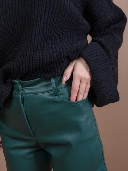 Πράσινο ψηλόμεσο faux-leather JOELLE σορτς με ασύμμετρο τελείωμα στα πλαϊνά, μπροστινές στρογγυλεμένες τσέπες και κλείσιμο με κουμπί και φερμουάρ Mind Matter