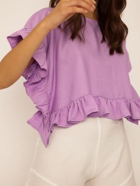 Λιλά κοντομάνικη cropped ERNEST μπλούζα με στρογγυλή λαιμόκοψη, τετράγωνη γραμμή και βολάν στα τελειώματα Mind Matter