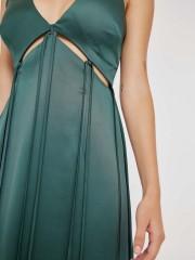 Πράσινο maxi ματ σατέν φόρεμα RICO με V-λαιμόκοψη, μικρά ανοίγματα κάτω από το στήθος, κρόσσια και ανοίγματα στα πλαϊνά Mind Matter