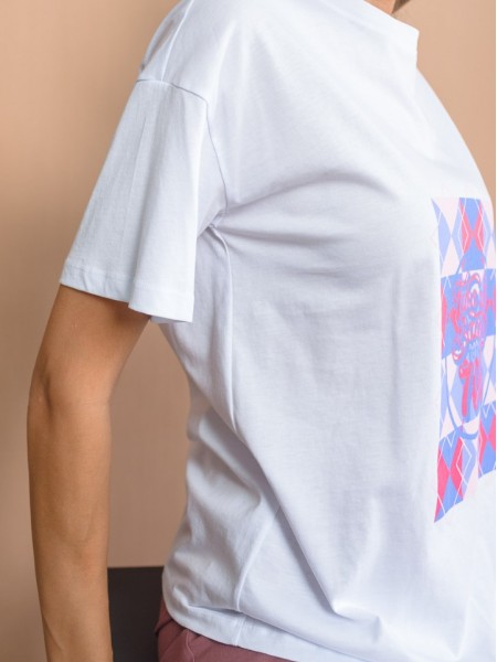"""Λευκό κοντομάνικο βαμβακερό t-shirt σε ίσια γραμμή, στρογγυλή λαιμόκοψη και τύπωμα """"TAKE ME BACK TO THE 70' """" Never on Sunday"""