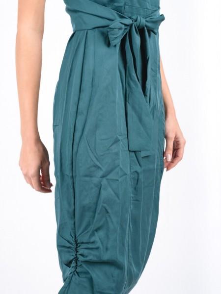 Πετρόλ αμάνικο midi φόρεμα με V-λαιμόκοψη, κρουαζέ πλάτη με δέσιμο μπροστά, σούρες στο μπροστινό κάτω μέρος και κουφόπιετα με διακοσμητικά κουμπιά πίσω Attrattivo