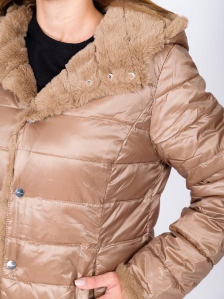 Μπεζ μπουφάν διπλής όψεως με εσωτερική γούνινη πλευρά, μη αποσπώμενη κουκούλα, τσέπες με φερμουάρ και κούμπωμα μόνο με κουμπιά Rino &Pelle