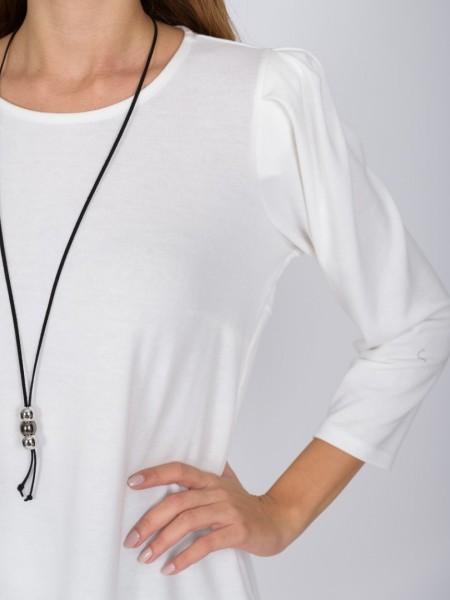 Εκρού μακρυμάνικη πλεκτή μπλούζα με στρογγυλή λαιμόκοψη σούρες και μικρή βάτα στους ώμους, μικρές πιέτες στην πίσω πλευρά και ελαφριά ασυμμετρία Vener