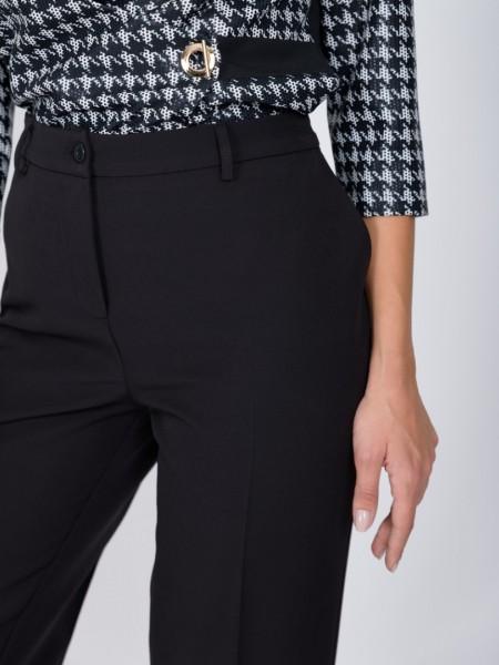 Μαύρο ψηλόμεσο κρεπ παντελόνι σε ίσια γραμμή με πλαϊνές τσέπες, κουμπί με φερμουάρ, λάστιχο πίσω στη μέση και διακοσμητικά θηλάκια Vener