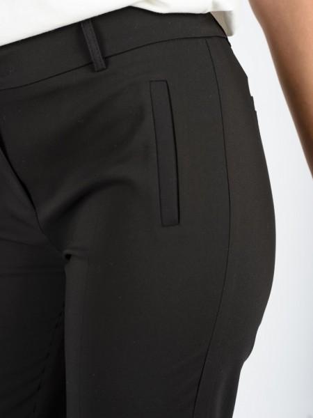 Μαύρο ψηλόμεσο ελαστικό basic παντελόνι αστραγάλου με ψεύτικες μπροστινές τσέπες, μικρά ανοίγματα στον ποδόγυρο και κλείσιμο με φερμουάρ και κουμπί Vener