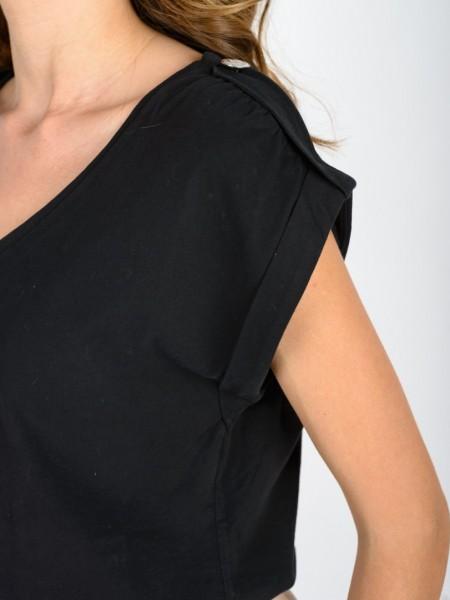 Μαύρη αμάνικη βαμβακερή μπλούζα με λαιμόκοψη, επωμίδες με διακοσμητικό κουμπί στους ώμους και γυριστό ρεβέρ στο τελείωμα στο μανίκι Vener