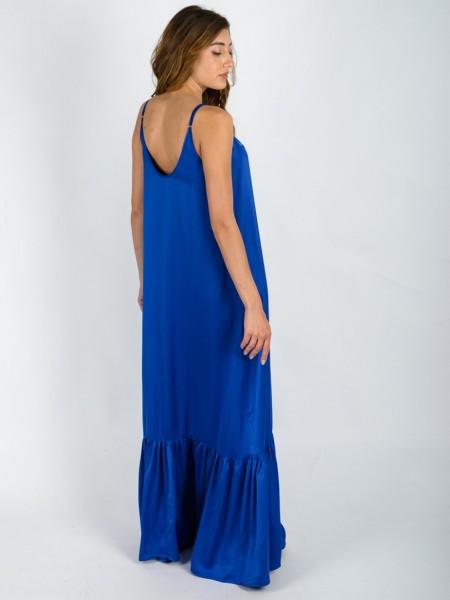 Μπλε ρουά ματ σατέν maxi αμάνικο φόρεμα με λεπτή ρυθμιζόμενη τιράντα, μικρές σούρες μπροστά, πλαϊνές τσέπες και μεγάλο βολάν στο τελείωμα Vener